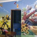 tapéta gyerek szobában felhelyezés közben